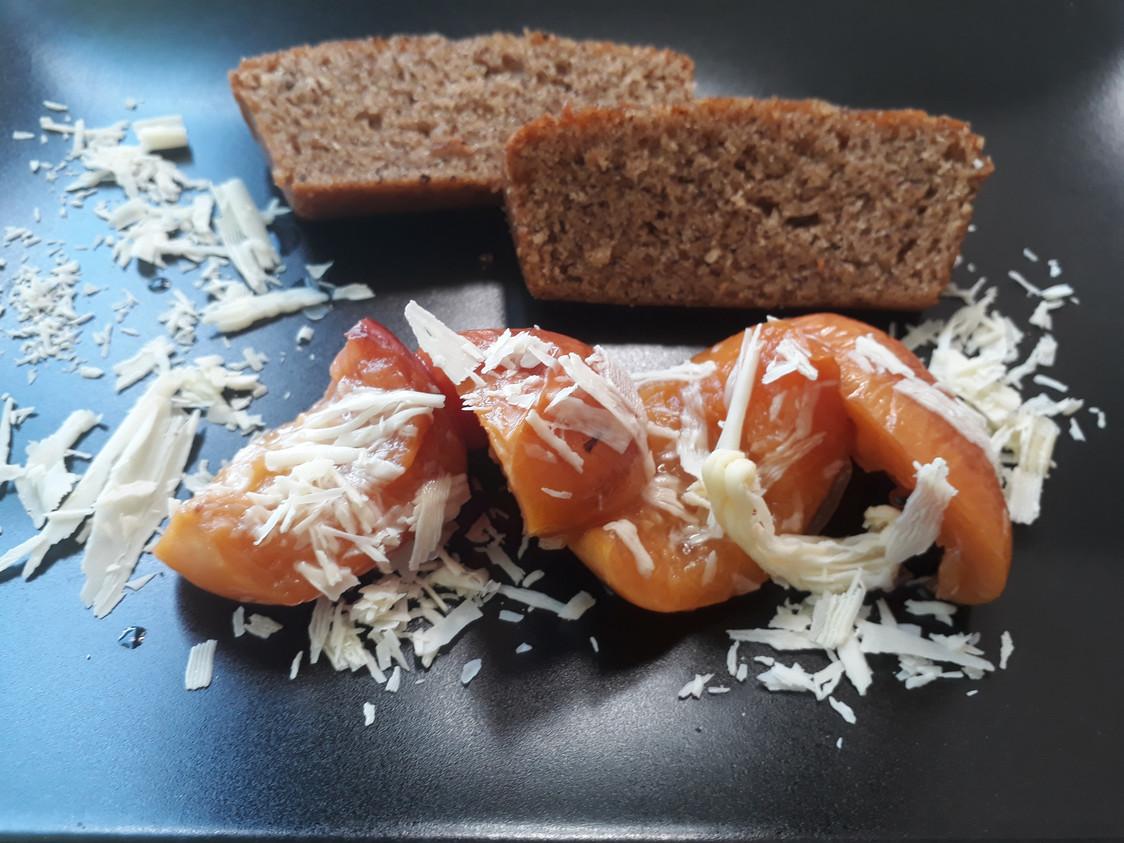Pêche rôtie, gâteau aux noisettes © Gourmets&co