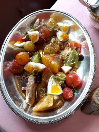 Tomates du jardin, olive, thon confit © Gourmets&co