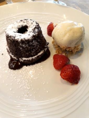 Mi-cuit chocolat, glace vanille © Gourmets&co