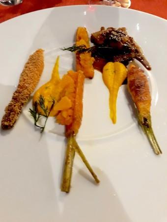 Poitrine et carré de cochon paysan, carottes nouvelles à la gentiane, au lard d'Auvergne et au Cantal