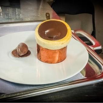 Soufflé cigare, glace au chocolat du Pérou