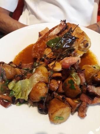Suprême de poulet jaune, grenailles, lardons... © Gourmets&co .