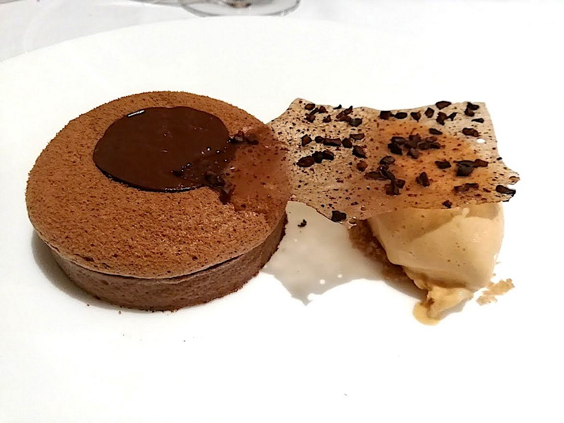 Tarte soufflée au cacao , glace au caramel beurre salé © Gourmets&co
