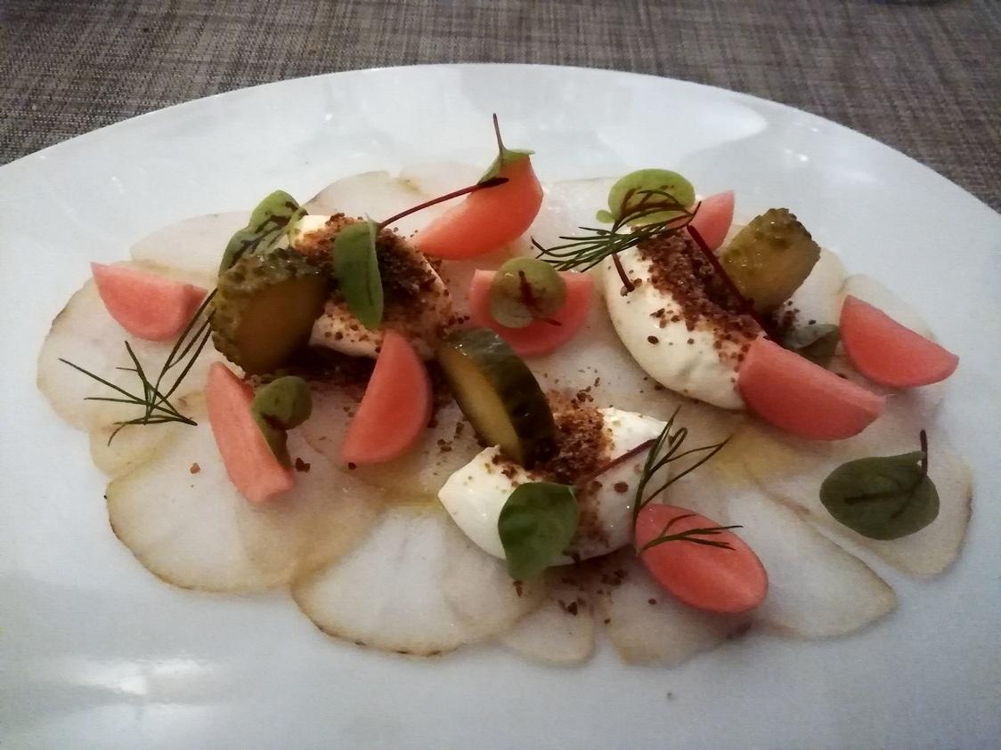 Lotte en fumaison, radis rouge en escabèche © Gourmets&co