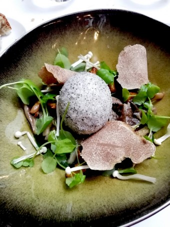 Oeuf, panure encre de sèche, cresson, truffes d'Alba. © Gourmets
