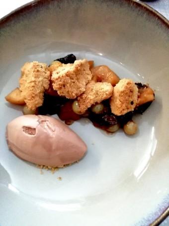 Pommes Belchard, pruneaux et chasselas rôtis © Gourmets&co