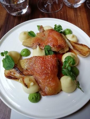 Cuisses de volaille rôtie , cresson, oignon nouveau © Gourmets&co