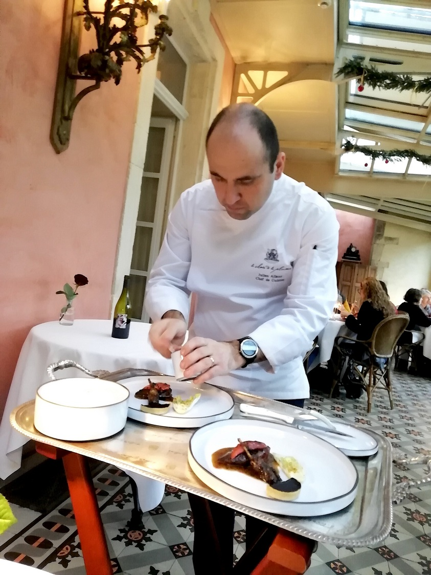 Julien Allano au service de table © Gourmets&co