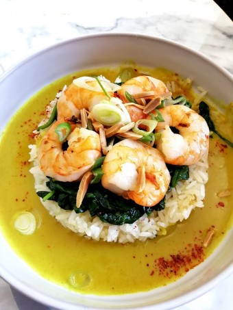 Crevettes, riz basmati, épinards, etc. © Gourmets&co