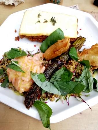 Taboulé de quinoa, saumon gravlax - Lasagne bolognaise © Gourmets&co