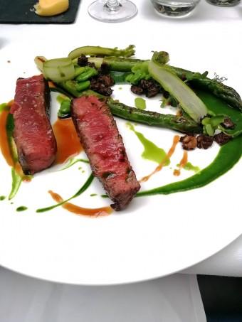 Paleron Black Angus, fèves, asperges vertes © Gourmets&co