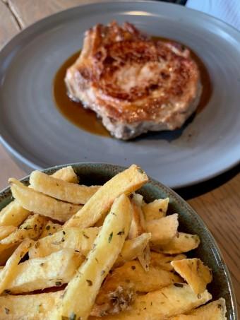 Côte de veau, frites © Olivia Goldman