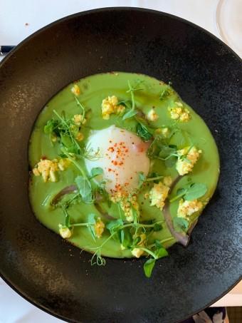 Crème petits pois mentholée, œuf parfait © Olivia Goldman