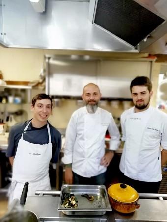 Fred Ménager (au centre) et son second (à dr.) ©Gourmets&co (1)