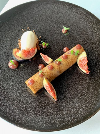 Financier, figues, glace au pignon de pin © Olivia Goldman