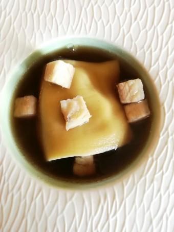 Bouillon de champignons, ravioli foie gras, anguille fumée © Gourmets&co