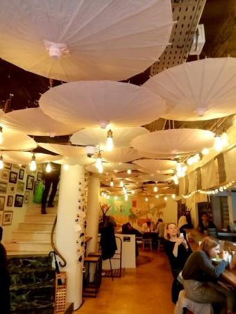 Plafond d'ombrelles japonaises © Gourmets&co