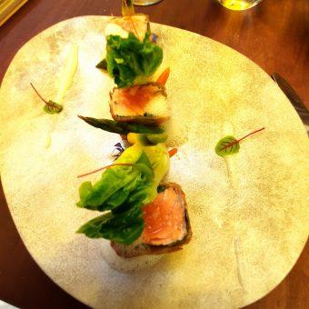Croustillant de saumon, sucrine, shizo.